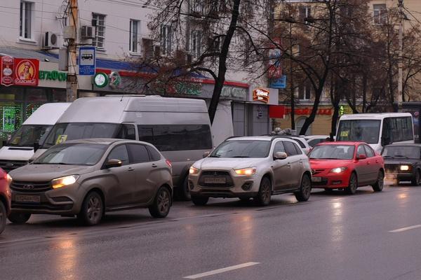 Воронежцы тратят 700 часов на разговоры по телефону в вечерних пробках