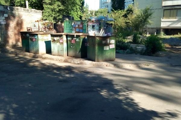 Воронежская УК расчистила контейнерную площадку на Остужева
