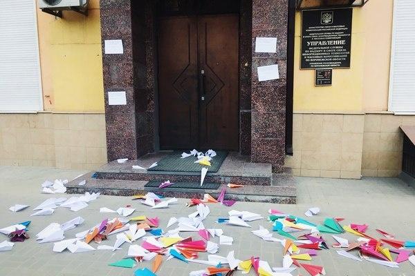 Воронежский Роскомнадзор забросали самолетиками из-за Telegram-блокировок