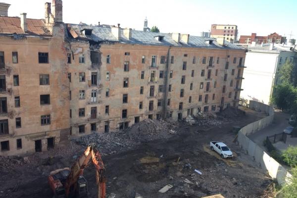 В центре Воронежа начался снос легендарной сталинки