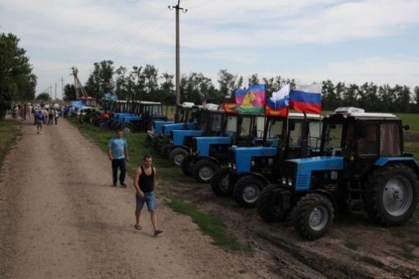 Тракторный пробег фермеров ОМОН остановил на подступах к Воронежской области