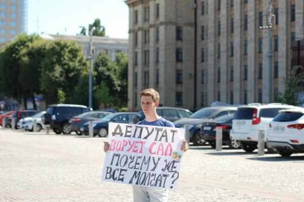 В Воронеже экоактивист устроил пикет у правительства из-за яблоневого сада
