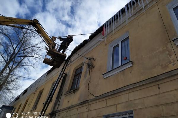 Воронежские автомобилисты мешают сбивать сосульки коммунальщикам