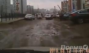 Воронежцы не могут проехать к своим домам из-за дыр и торчащих столбов на дороге